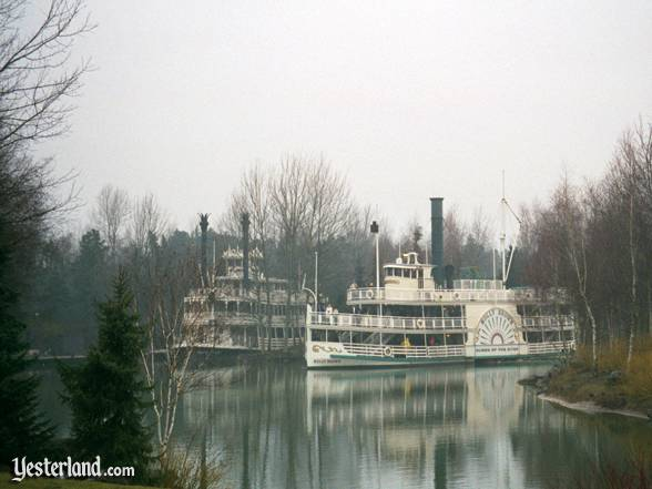 Sidewheeler Molly Brown and sternwheeler Mark Twain